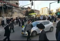 תיעוד וידאו ניסתה לפנות מפגינים וחטפה בעיטה • צפו