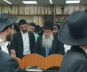 הרב יגאל כהן בעת קריאת המגילה • גלריה