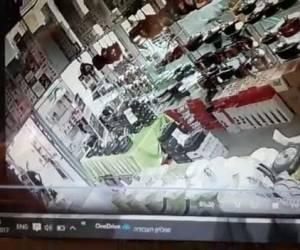 נצפה במצלמת אבטחה: פאניקה בבני ברק: ערבי גנב סכין ארוכה ונמלט. צפו