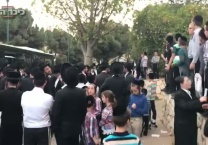ערב יום השואה הפגנה מול בית מגייס חרדים