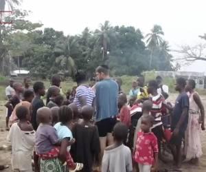 """""""לא ראו אדם לבן"""": צפו: הניח תפילין  והתפלל בכפר האפריקאי"""
