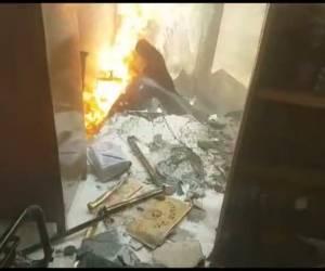 צפו בתיעוד: שריפת ענק בבית שמש; בית כנסת עלה בלהבות