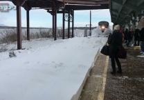 אפקט הסופה מרהיב רכבת יצרה נחשול שלג אדיר. צפו