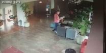 התנפל בפתאומיות צפו תיעוד פיגוע הדקירה במלון בתל אביב