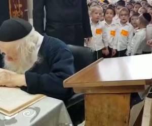 מחזה מרנין: הילדים התבוננו במרן שר התורה לומד ופצחו בשירה • צפו