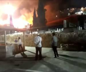 """בהילולת האר""""י: שריפה גדולה פרצה בבית העלמין בצפת • תיעוד"""
