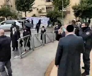 """לוחמים ממוגנים ומכ""""זית: סוער בירושלים: כוחות משטרה פינו בכוח תלמוד תורה; צפו"""
