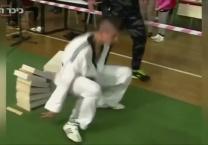 אל תפספסו צפו שבר 111 לבנים  באמצעות ראשו ב-35 שניות