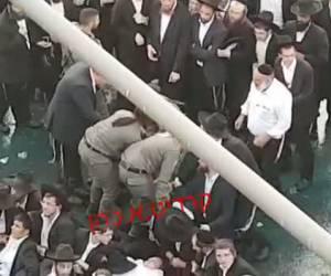 עזבו בתסכול: שוטרות התיישבו על מפגינים מ'הפלג' ודרכו עליהם • צפו