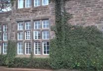 קניה מציעה הגירפות אוכלות עם אורחי בית המלון. צפו