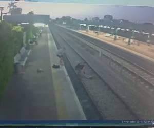 תיעוד מבהיל: על פסי הרכבת: חייה של אישה ניצלו ברגע האחרון