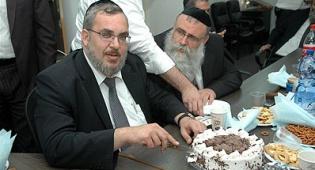 ראש העיר חותך את העוגה