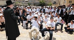 הרב לאו עם הנערים החוגגים - 107 יתומים חגגו בר מצווה בכותל