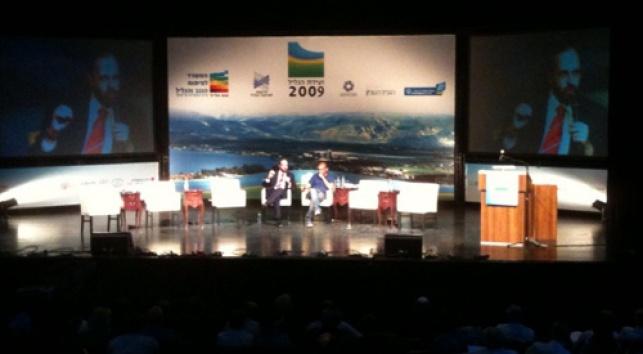 אטיאס נואם בוועידה, כעת (צילום: כיכר השבת)