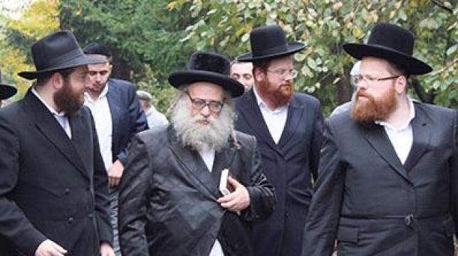 חברי המשלחת ברחובות העיר (צילום: כיכר השבת)