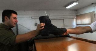 חלוקת נעליים. מעכשיו - הנעליים יהיו אמריקאיות