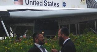 ראש העיר (משמאל) במרכז החלל (צילום: col)