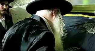 """האדמו""""ר מצאנז בציון. צילום: מתוך הוידאו - צפו: האדמו""""ר מצאנז בוכה ברשב""""י"""