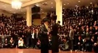 """האדמו""""ר רוקד בנוכחות אלפי החסידים"""