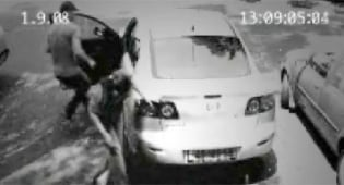 הנהג נכנס לרכב ובורח