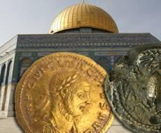 המטבעות על רקע הר-הבית (צילום: רשות העתיקות)