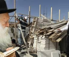 """הגר""""ח על רקע חרדי בזירת בנייה (אילוסטרציה)"""