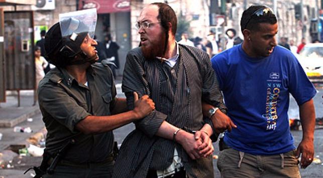 המפגינים והשוטרים. צילום: פלאש 90