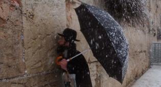 (צילום: פלאש 90) - החורף כאן: איך מנקים את השמיכות?