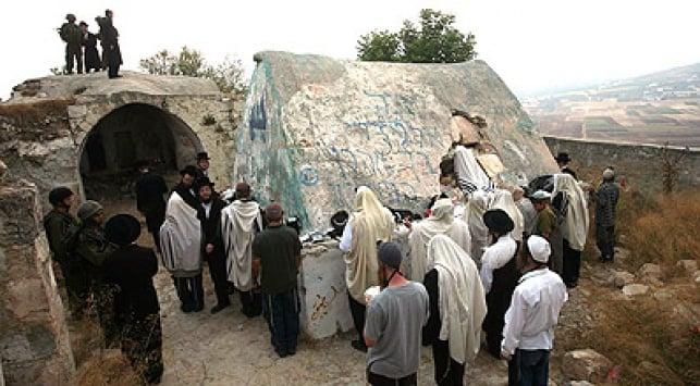 מתפללים ליד ציון הקבר בעוורתא בעלייה הקודמת לציו