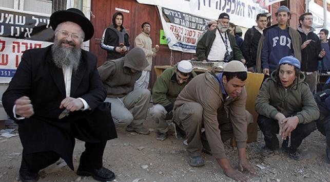 הרב אליהו עם צעירים (צילום: פלאש 90)