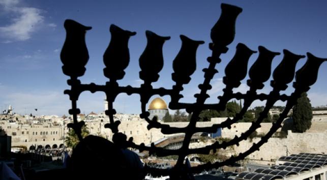 המנורה על רקע הר הבית, היום (צ´: פלאש 90)