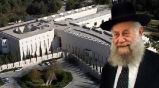 הרב שיינין על רקע בית-המשפט. צילום: HNN ופלאש 90