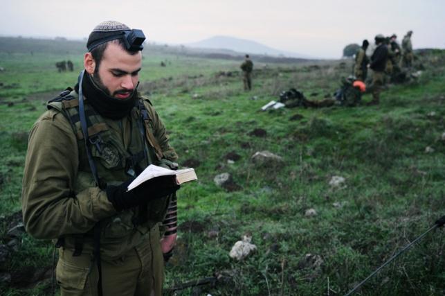 חייל מתפלל במהלך תרגיל חטיבת הצנחנים (צילום: אית