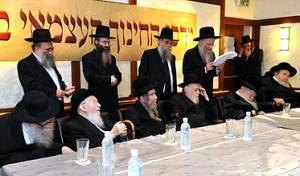 הרבנים בכנס, לפני שעה קלה. צילום בסלולרי: א.ג