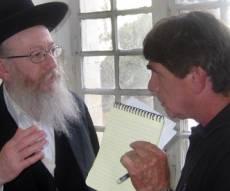 ליצמן משוחח עם כתב ערוץ 2, היום (צילום: כיכר)