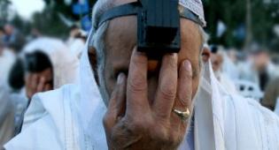 """תפילה (צילום: פלאש 90) - ישיבה בחזרת הש""""ץ. מאימתי מותר?"""