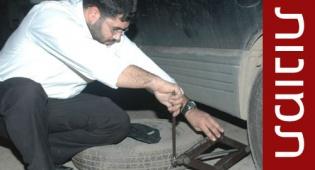 אברך מנסה לתקן את רכבו (צילומים: עוזי ברק, כיכר)