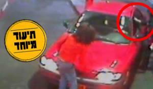 מימין: הקופאית השניה מכה את האברך (מתוך הסרטון)
