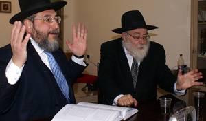 הרב אמסלם והרב אייזשטיין בעימות (צ´: אלחנן דור)