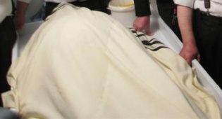 """גופתו של הרב פרוש ע""""ה, הבוקר (צילום: שמואל חן) - """"בחצות, השיב הרב פרוש את נשמתו"""""""