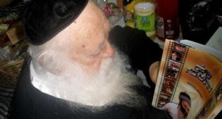 """הגר""""ח מעיין בספר, אתמול (צילום: עוזי ברק) - הגר""""ח קיבל ´משלוח´ מהרב אמנון יצחק"""
