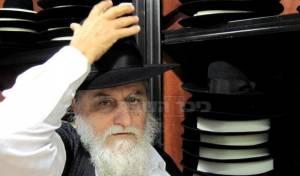 הרב כהן והכובעים (צילום: עוזי ברק, כיכר)