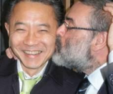 """עו""""ד ציבין מודה לקולגה יפני (צילום: כיכר השבת)"""