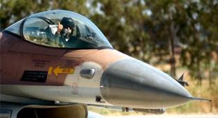 מטוס קרב (צילום: פלאש 90) - חיל האוויר תקף שורת יעדים ברצועה