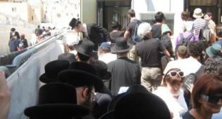 החרדים ממתינים לכניסה, היום (צילום: כיכר השבת) - חרדים רצו לעלות להר-הבית - ונבלמו
