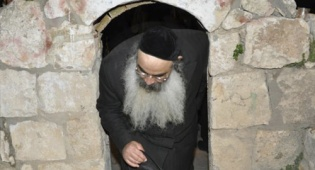 """מתפלל על קברו של יהושע, אמש (עוזי ברק) - סגולה: """"עלינו לשבח"""" על קבר יהושע"""