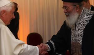 הרב עמאר ועליו הלוחות, נפגש עם האפיפיור