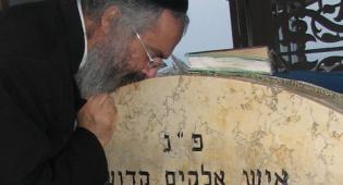 הרב שריקי משתטח על הציון (צילום: כיכר השבת)