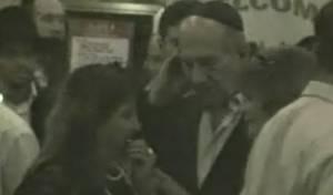 אולמרט משוחח עם זקן, אמש (צילום: ערוץ 2)