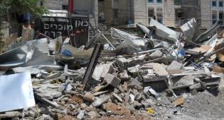 """(צילום: סוכנות הידיעות """"חדשות 24"""") - י-ם: הגיע עם צו הביטול אחרי ההריסה"""